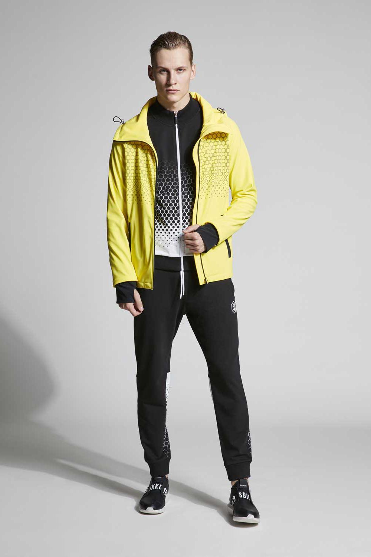 51108a1c В весенне-летней коллекции Dirk Bikkembergs высокая мода балансирует на  грани со спортивным шиком — дизайнер играет в футбол сам и хочет привлечь  других