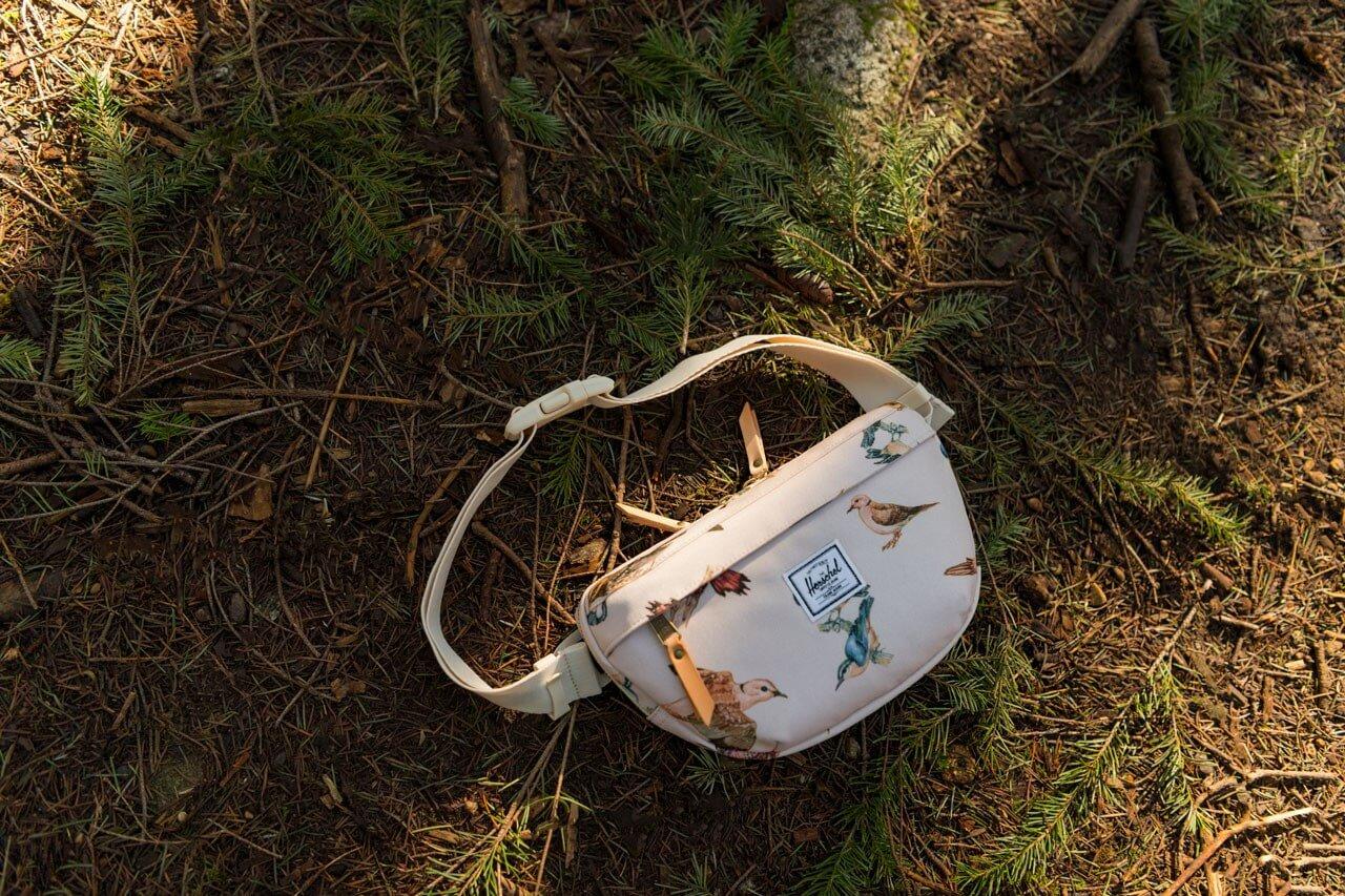 поясная сумка herschel nineteen hip с птицами